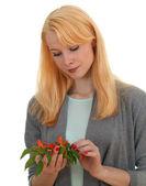 Młoda kobieta z grono chili — Zdjęcie stockowe