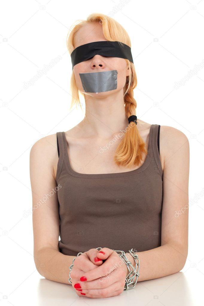 Женщинам завязывают рот