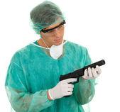 Läkare och pistol — Stockfoto