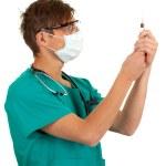 manliga läkare innehar en spruta — Stockfoto