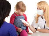 ženský lékař zkoumá holčička — Stock fotografie