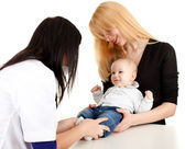 Femme médecin examinateur bébé garçon — Photo