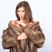 Bir kürk manto güzel kadın — Stok fotoğraf