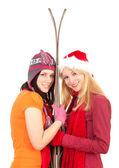 Vrienden met oude ski 's — Stockfoto