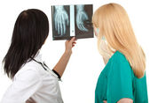 Lady doctors and x-ray, palm — Stockfoto