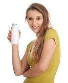 Mladá žena s bílým láhev — Stock fotografie