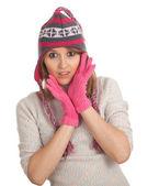 Jonge vrouw in winter hoed — Stockfoto