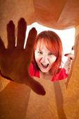 ярости, выкрикивая молодая женщина — Стоковое фото