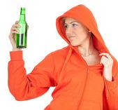 Jonge vrouw met bier — Stockfoto