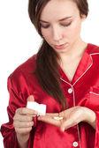 Kobieta wylewanie tabletki na dłoni — Zdjęcie stockowe