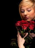 Jonge vrouw met rozen — Stockfoto