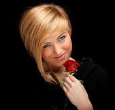 Encantadora mujer con rosa roja — Foto de Stock