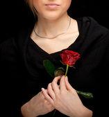 Bella donna con rosa rossa — Foto Stock