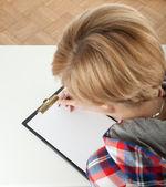 剪贴板的年轻女人 — 图库照片