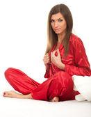 Mujer joven en pijama rojo — Foto de Stock
