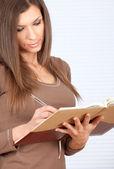 笔记本的年轻女人 — 图库照片