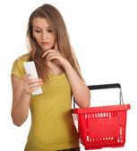 Alışveriş listesi olan kadın — Stok fotoğraf