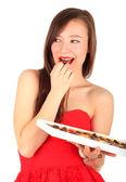 Jeune femme avec une boîte de chocolats — Photo