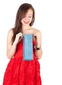 Ung kvinna med nuvarande väska — Stockfoto