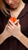 Mujer y caja de regalo — Foto de Stock