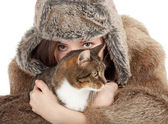 Frau im pelzmantel und hut mit katze — Stockfoto