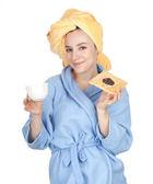 Mujer en bata de baño y toalla en la cabeza — Foto de Stock