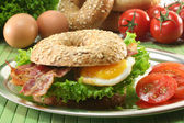 Bagel with fried egg and bacon — Stock Photo