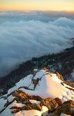Solnedgång på snöklädda berg. — Stockfoto