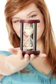 Reloj mujer adolescente holding — Foto de Stock