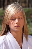 Karate girl - meditation — Stockfoto