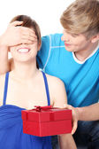 Boy give a gift to his girlfriend — Стоковое фото