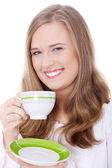 Blond kvinna dricker kaffe — Stockfoto