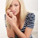 vrouw eten haar nagels-want van stress — Stockfoto
