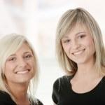 retrato de duas mulheres caucasianos casuais — Foto Stock