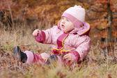 Liten bebis i skogen — Stockfoto