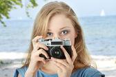 красивая девушка с фото — Стоковое фото