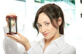 Kobieta młody biznes z klepsydra — Zdjęcie stockowe