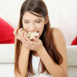 Young woman's eating popcorn. — Stock Photo