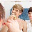 Young couple cleaning teeth. — Stock Photo