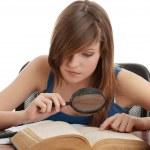 genç kız masa başında öğrenme — Stok fotoğraf