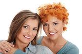 两个漂亮的女孩朋友微笑. — 图库照片