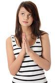 祈り若い白人女性のクローズ アップの肖像画 — ストック写真