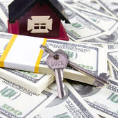 House and keys of one hundred dollar bills background — Stock Photo