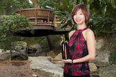 Mulher com vinho — Fotografia Stock