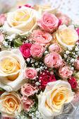 Güzel taze düğün çiçekleri ih eller — Stok fotoğraf
