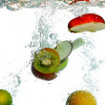 Splash water with freshnes fruits — Stock Photo
