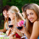 喝葡萄酒的美丽女孩的组 — 图库照片