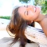 plajda seksi ve güzel bir kadın — Stok fotoğraf