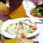 taze ve lezzetli yemek masasında — Stok fotoğraf