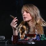 hermosa mujer que fuma puros — Foto de Stock